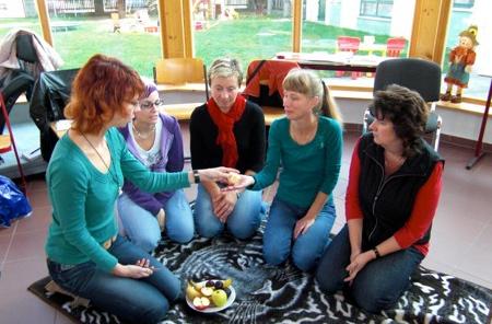 Auch die Obstpause gehört zum Programm; hier die Damen von Der KiTa Kinderland