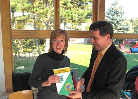Leiterin der KiTa Parthenflöhe nimmt den Dank von Lions-Präsident Berthold Popadiuk entgegen