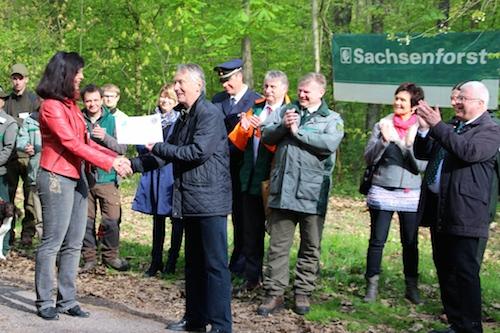 2015-04-30-Scheck-ueber-12000€-an-Gymnasium-Engelsdorf2