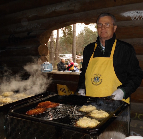 Lf Olaf Bendrat hat 16 kg Kartoffelpufferteig gebraten